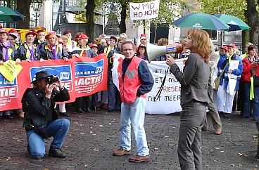 Agnes Kant spreekt de demonstranten toe.