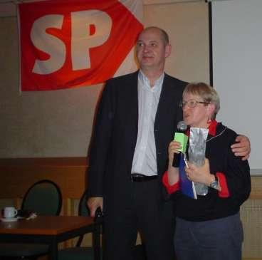 In Beilen hadden we 'n druk bezochte bijeenkomst met de leden van de SP in Drenthe. De voorzitter van Midden-Drenthe verraste me met spiritualia. Het was 'n prima vergadering.