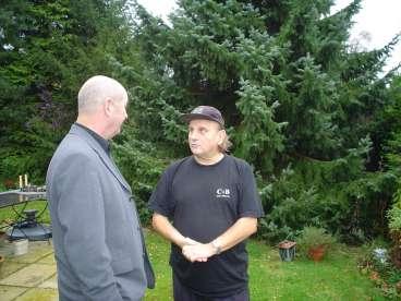 Bij Harry Muskee in de tuin. Hij leidde me rond door en langs de plaatsen van zijn jeugd in en buiten Grollo en Rolde.