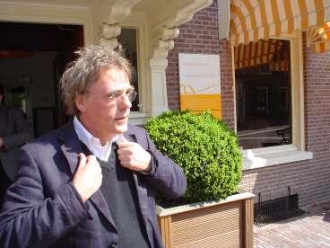 Jan Douwe voor de deur van Hotel De Wereld in Wageningen