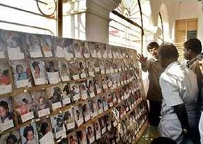 Foto's van niet geïdentificeerden in een kerk op Sri Lanka.